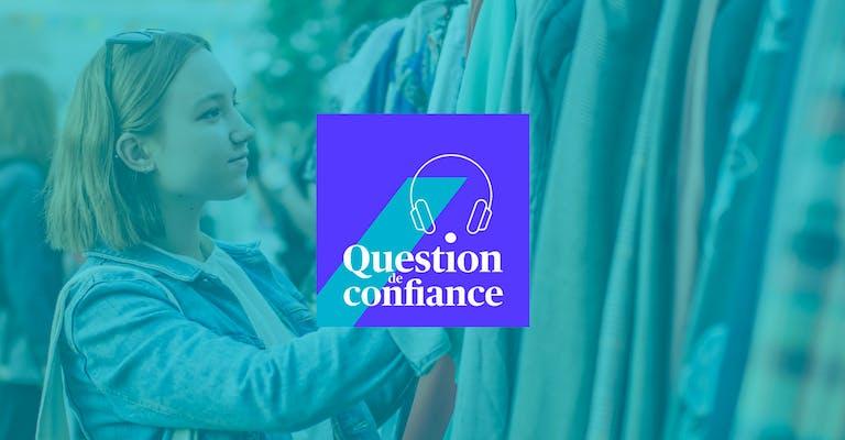 Photo d'une jeune femme en train de choisir un vêtement sur un portant dans une friperie avec logo de question de confiance en sur-impression.