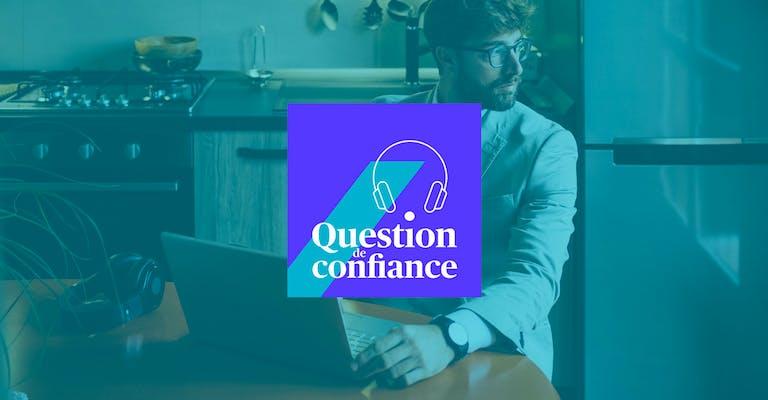 """Photo d'un homme seul dans sa cuisine assis devant son ordinateur le regard tourné vers une fenêtre. Le logo """"Question de confiance"""" centré, apparait par dessus l'image"""