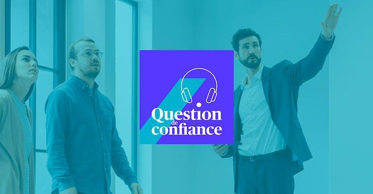 """Image d'un couple en train de faire la visite d'un appartement avec un agent immobilier. Logo de l'émission """"Question de Confiance"""" centré, par dessus l'image."""
