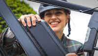jeune femme installant batterie vélo assistance électrique