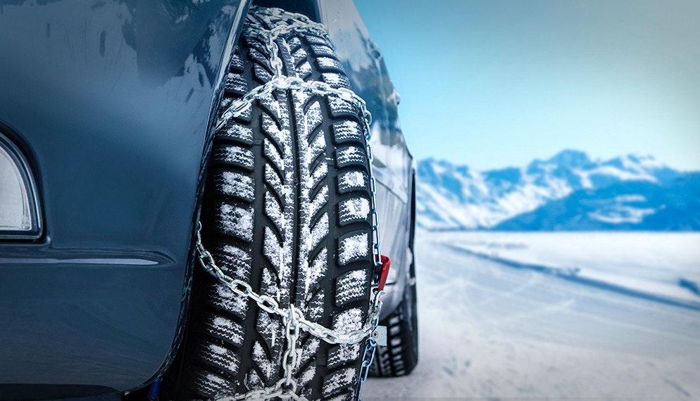 Chaussettes ou chaînes à neige pour vos pneus en hiver : les différences