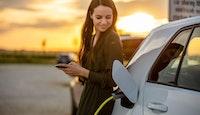 jeune fille voiture électrique recharge