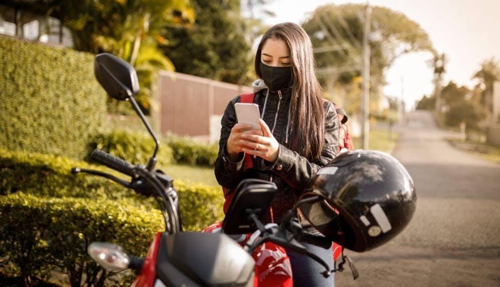 femme assise moto téléphone