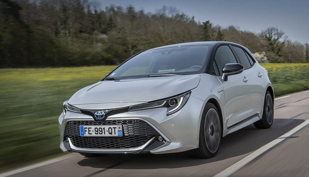 voiture Toyota Corolla grise route campagne
