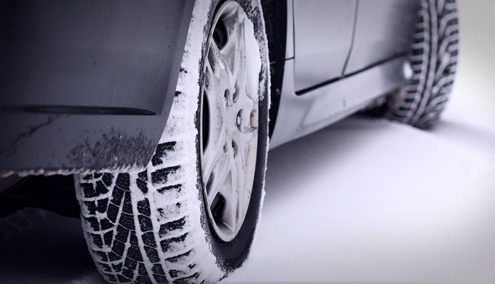 voiture équipée pneus hiver roulant sur la neige