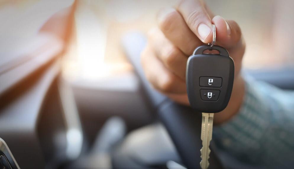 Voitures hybrides : pourquoi certains automobilistes n'osent pas franchir le pas ?