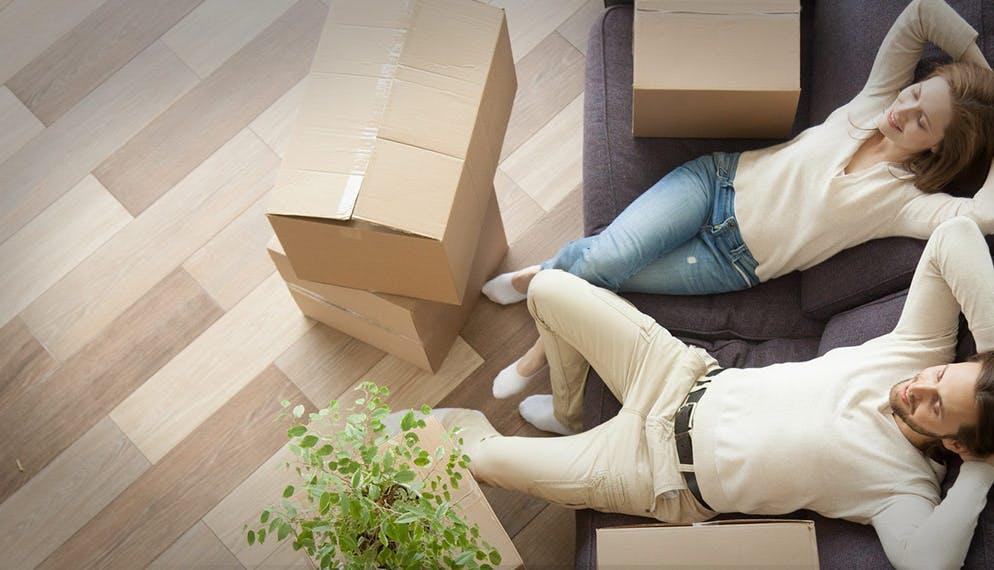 couple canapé carton emménagement location