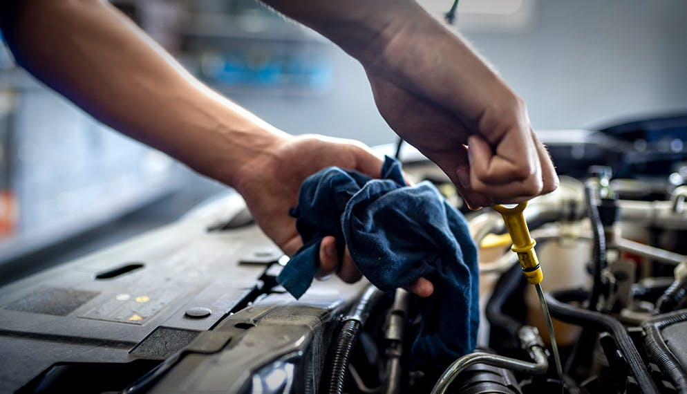 mécanicien niveau moteur voiture