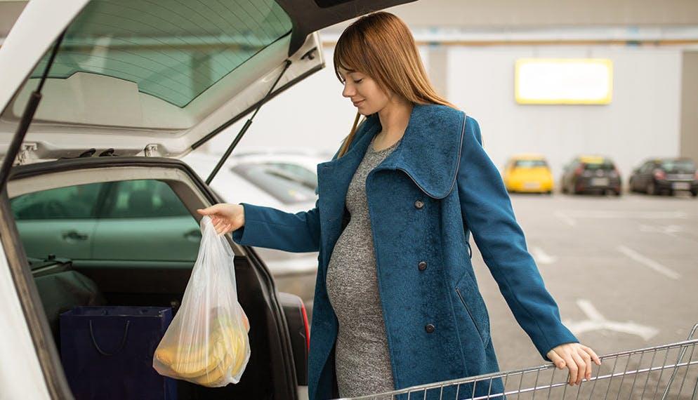 Nouveau projet de loi : autoriser les femmes enceintes à se garer sur les places pour handicapés