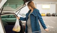 femme enceinte course parking supermarché