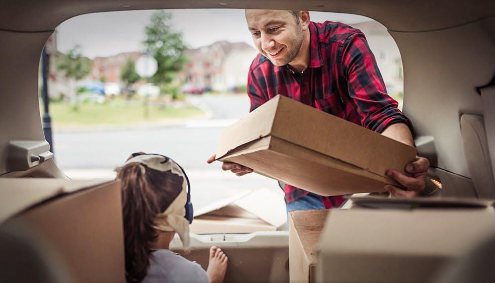 Homme et fillette dans coffre camionnette