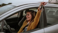 jeune fille voiture heureuse clés de voiture