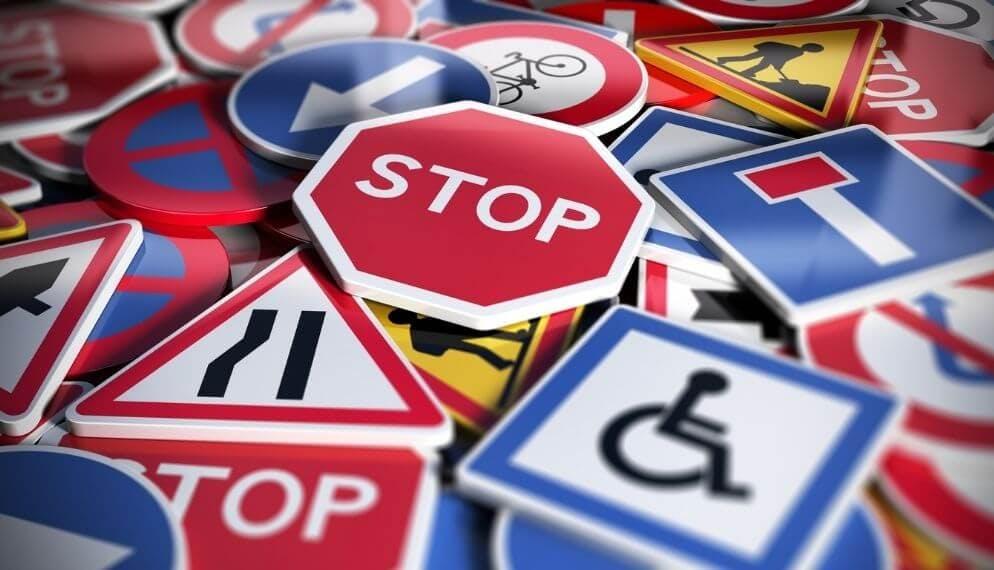 différents panneaux code de la route