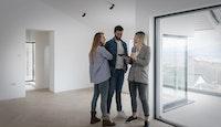 couple avec agent immobilier dans appartement