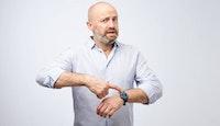 Homme impatient qui désigne sa montre
