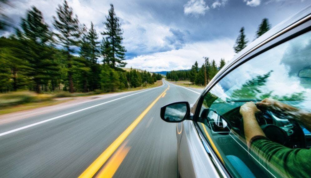 voiture route bitume vitesse