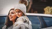 femme enfant devant voiture