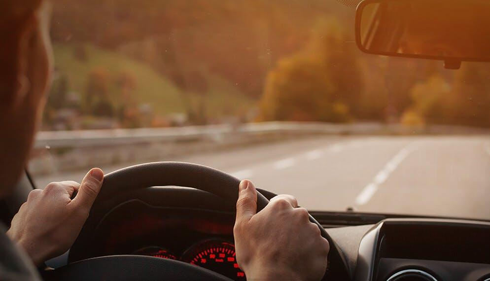 voiture volant mains conducteur autoroute