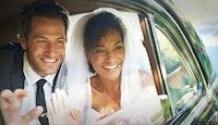 couple mariés mixte dans voiture