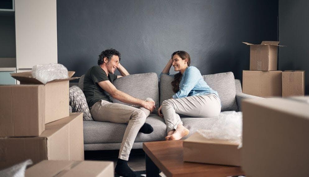 couple canapé maison cartons déménagement