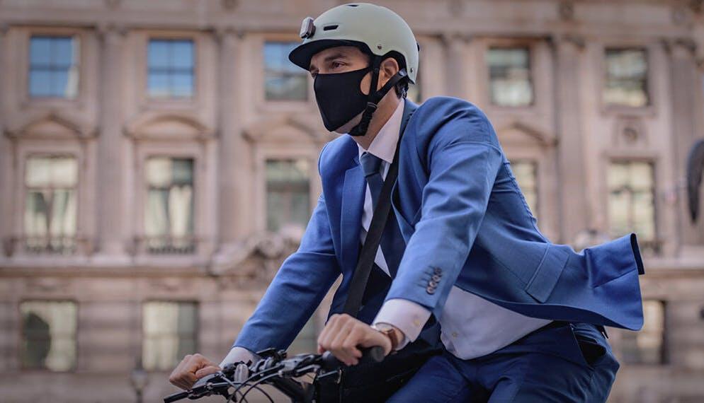 homme vélo masque covid costume ville
