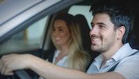 couple acheteur voiture au volant