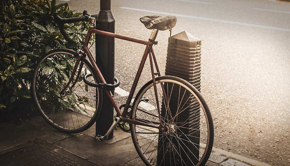 Vélo attaché antivol rue