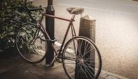 Vélo attaché antivol rue