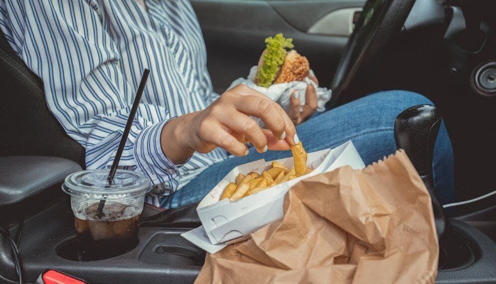 manger burger frites boire coca conducteur voiture