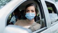 femme voiture masque covid
