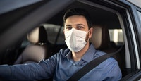 homme masque visage covid voiture conduite