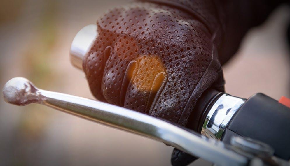 En cas de chute en moto : des mains mieux protégées.