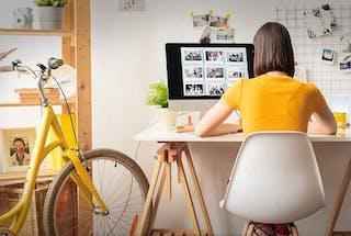 étudiante assise bureau ordinateur