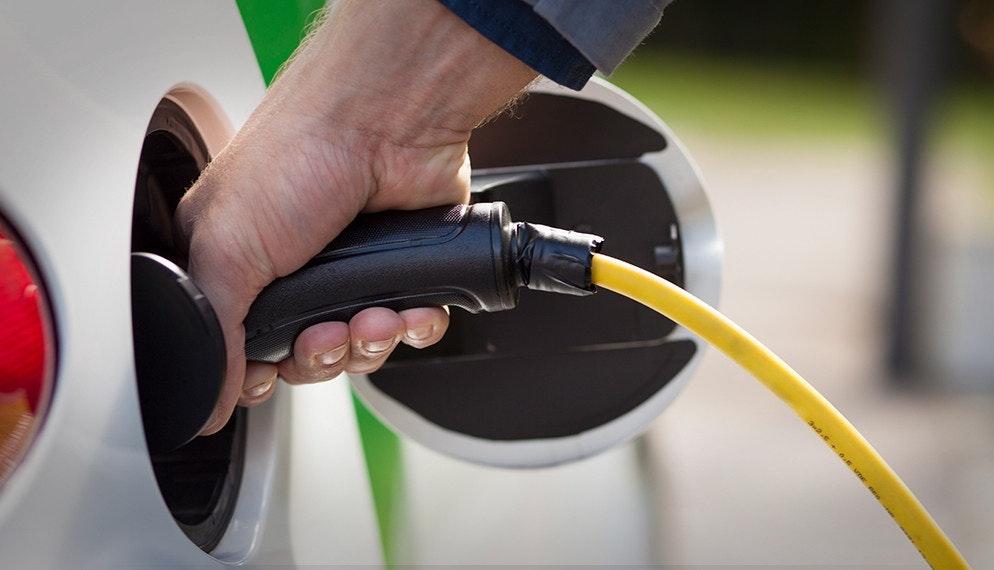 Achat de voitures : comment choisir entre véhicule thermique et électrique ? Les critères de comparaison.