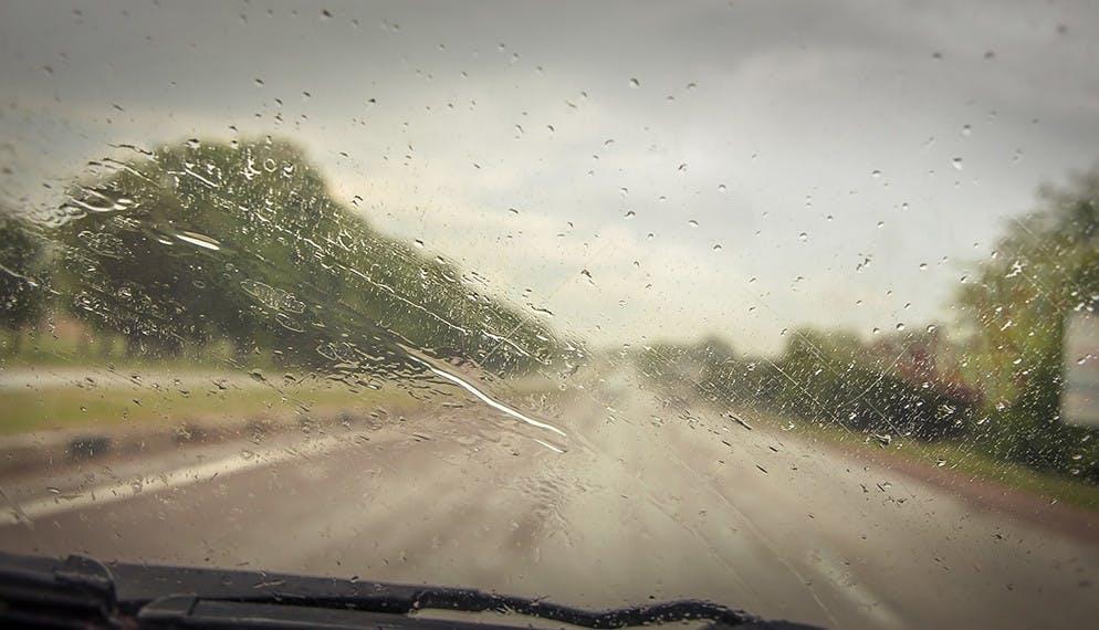 Pluie et grêle au volant : attention, danger !