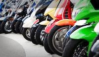 scooters motos garés parking centre ville