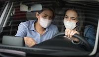 couple filles dans voiture