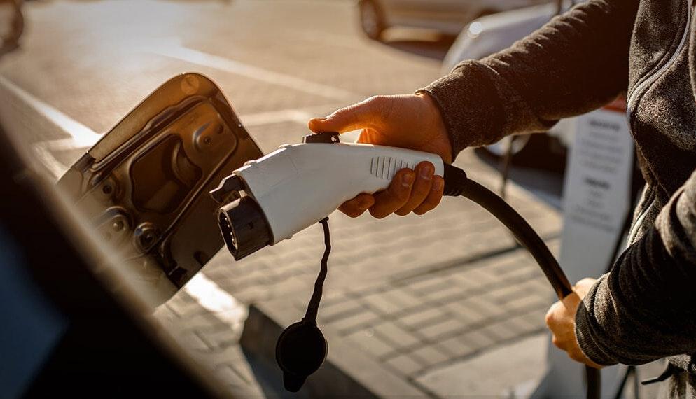En France en 2020, 1 voiture vendue sur 5 était électrique ou hybride