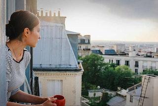 jeune femme fenêtre toit paris