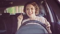 Jeune femme joyeuse dans une voiture