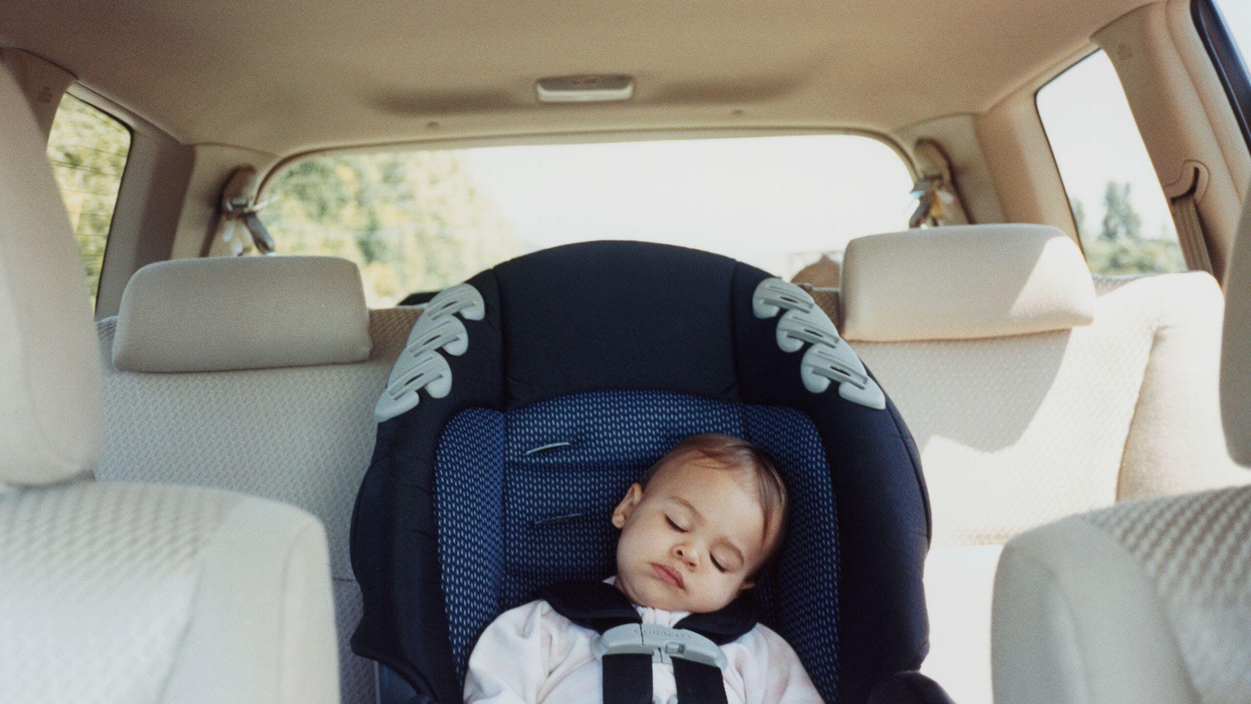 AXA Luxembourg - Quelle position est la plus sûre pour votre enfant en voiture ?
