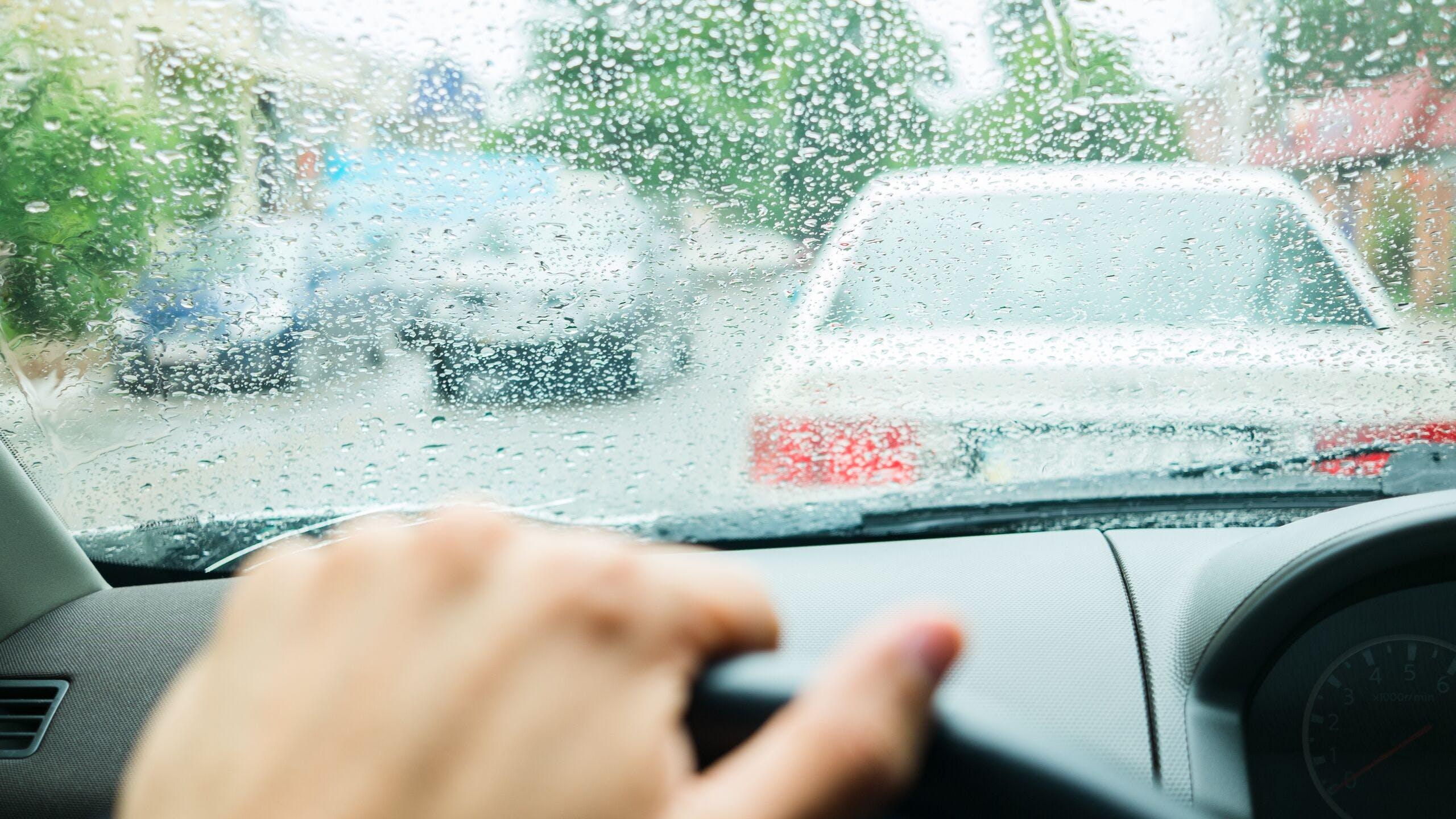 AXA Luxembourg : que faire sur la route en cas de pluies diluviennes ?
